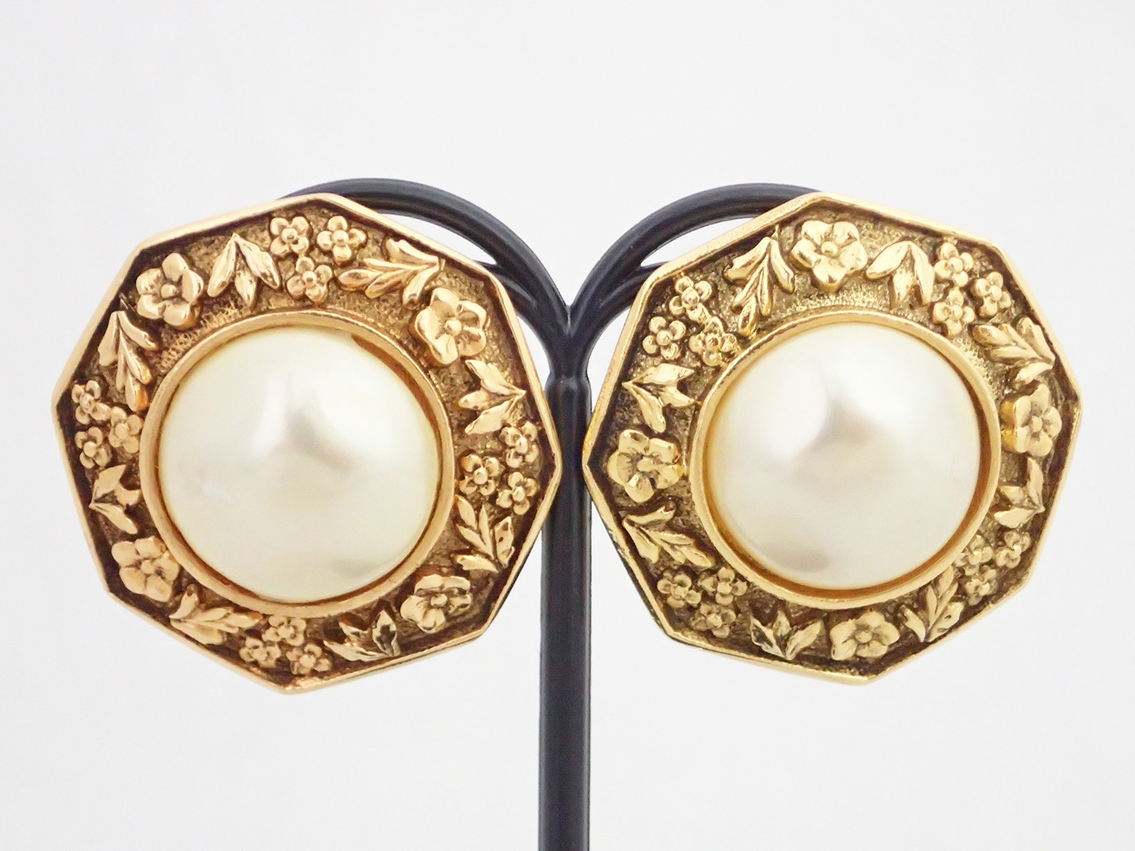 auth chanel pearl button clip on earrings white faux pearl. Black Bedroom Furniture Sets. Home Design Ideas